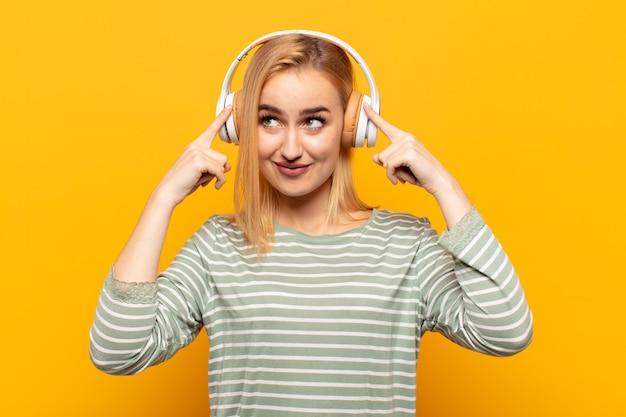 Молодая блондинка выглядит сконцентрированной и много думает над идеей, представляя решение проблемы или проблемы