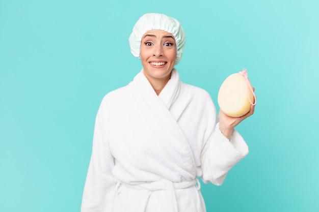 幸せそうに見える若いブロンドの女性と嬉しい驚き。シャワーのコンセプト。