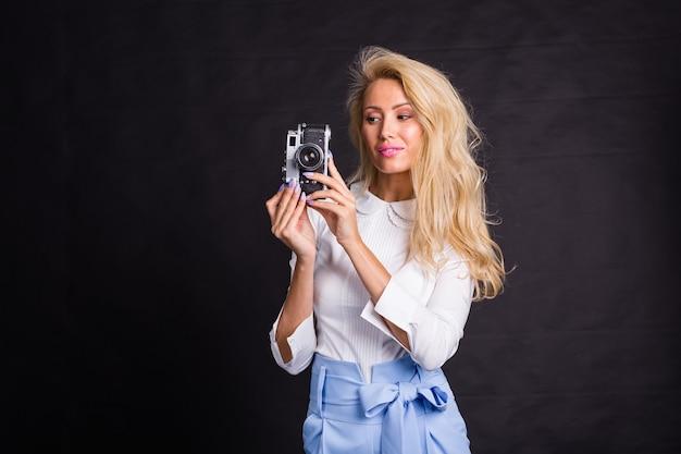 写真を作る若いブロンドの女性