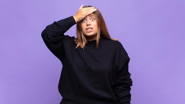 Молодая блондинка паникует из-за забытого дедлайна, чувствует стресс, вынуждена скрывать беспорядок или ошибку