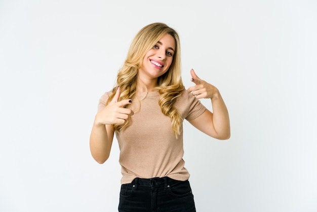 Молодая блондинка женщина указывая пальцами вперед