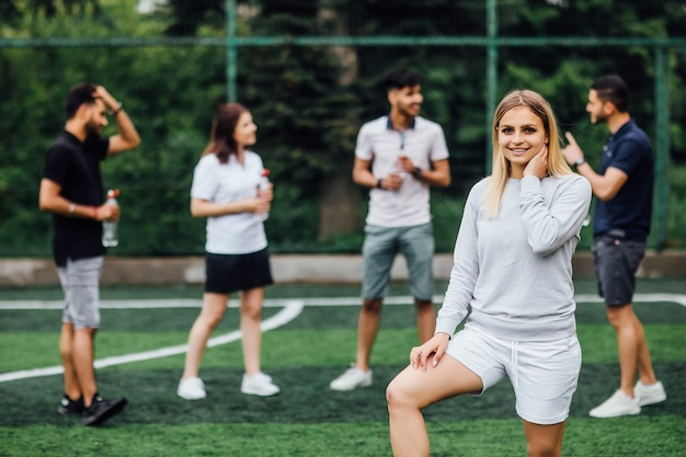笑顔で幸せな若いブロンドの女性、ゲームをプレイすることに興奮しています