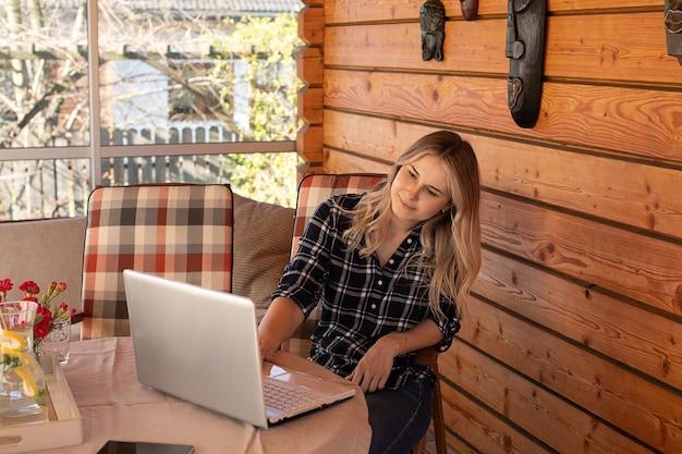 젊은 금발 여자 학생 공부, 현대 기술, 온라인 교육 개념 사진