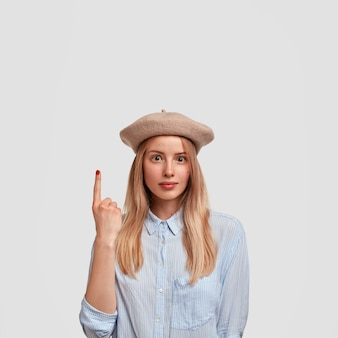青いシャツを着ている若いブロンドの女性