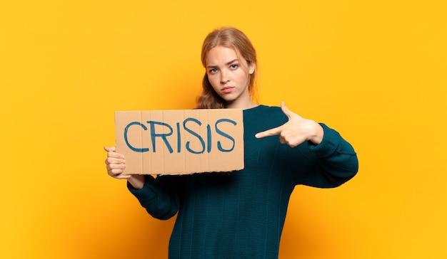 도움이 필요한 젊은 금발의 여자. 위기 개념