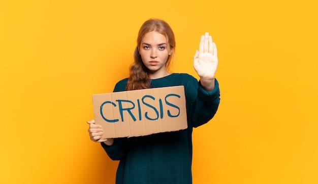 Молодая блондинка женщина, нуждающаяся в помощи. концепция кризиса