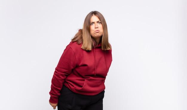 구피, 미친, 놀란 표정, 부풀어 오른 뺨, 박제, 뚱뚱하고 음식으로 가득 찬 젊은 금발의 여자