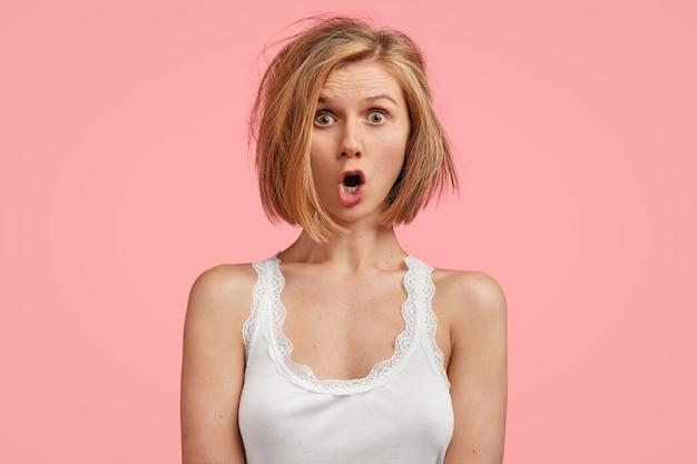 ハネた髪の若いブロンドの女性