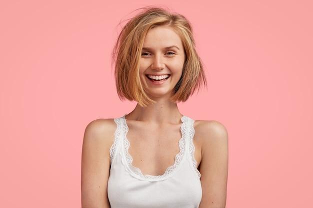 Молодая блондинка с грязными волосами