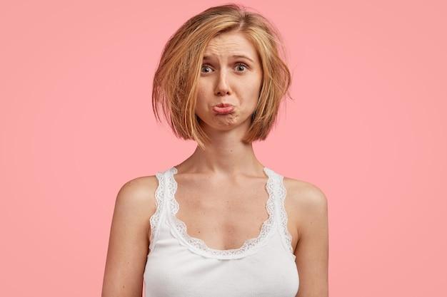 Giovane donna bionda con i capelli disordinati