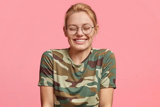 Giovane donna bionda con occhiali rotondi