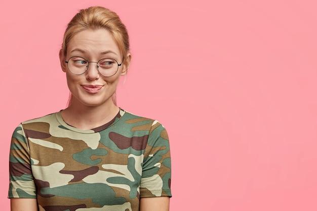 둥근 안경 젊은 금발 여자