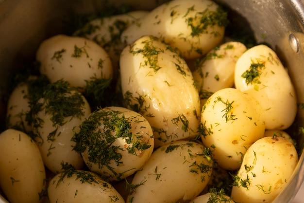 油にディルを入れた若い茹でたジャガイモ。セレクティブフォーカス。