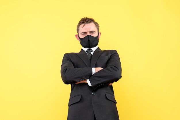 보호 마스크에 그의 직원을 신중하게 듣고 젊은 보스