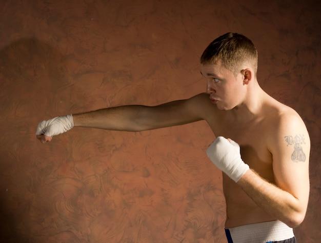 펀치를 던지고 훈련에 젊은 권투 선수