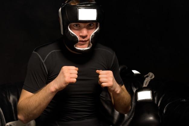 若いボクサーが自分自身を精神状態に陥れる