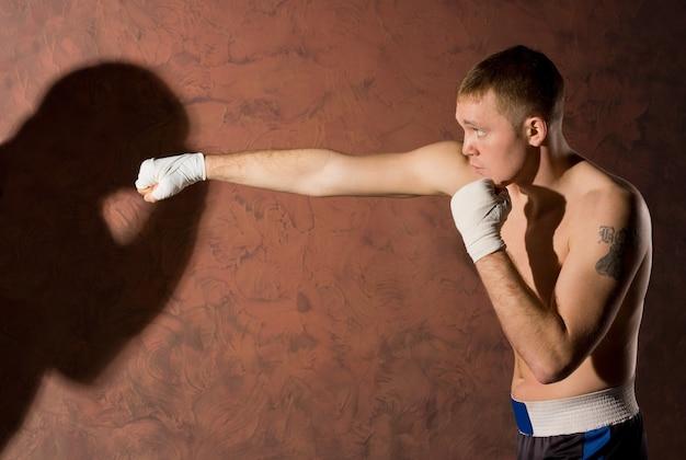 그의 상대를 펀치 젊은 권투 선수
