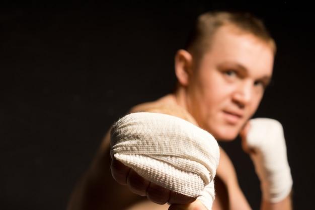 강력한 펀치를 던지는 젊은 권투 선수