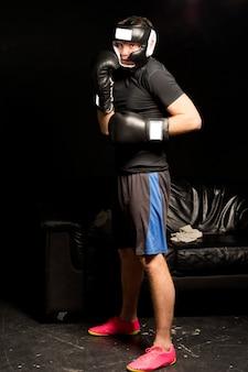 リングに入るのを待っている若いボクサー