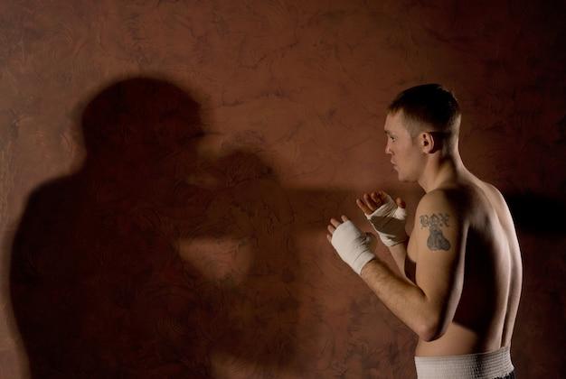 링에서 그의 상대를보고 젊은 권투 선수