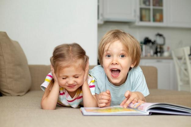 若い男の子と女の子の読書