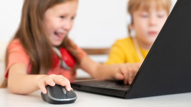 어린 소년과 소녀 노트북과 마우스를 사용하여