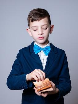 Молодой мальчик считает деньги