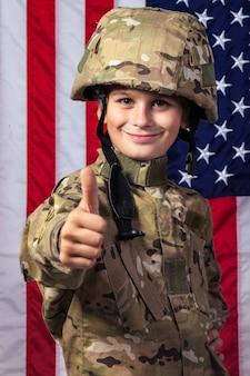 Молодой мальчик одет как солдат