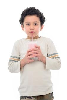 いちごミルクシェイクを飲む少年