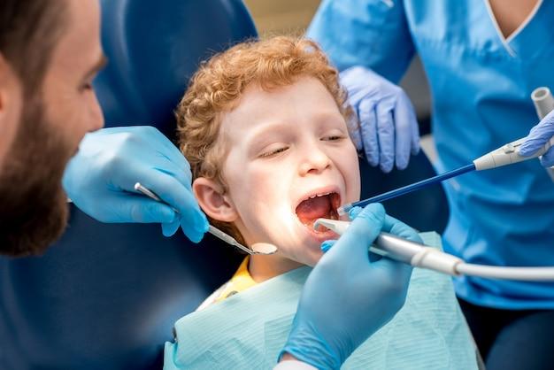 歯科医院での歯科治療中の少年