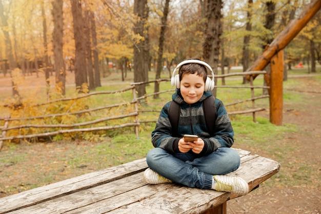 Молодой мальчик наслаждается приключениями на свежем воздухе, кемпингом и исследованиями