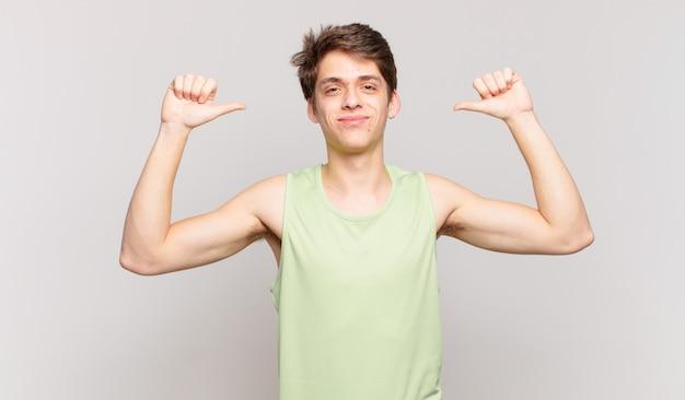 Мальчик чувствует себя гордым, высокомерным и уверенным, выглядит довольным и успешным, указывая на себя