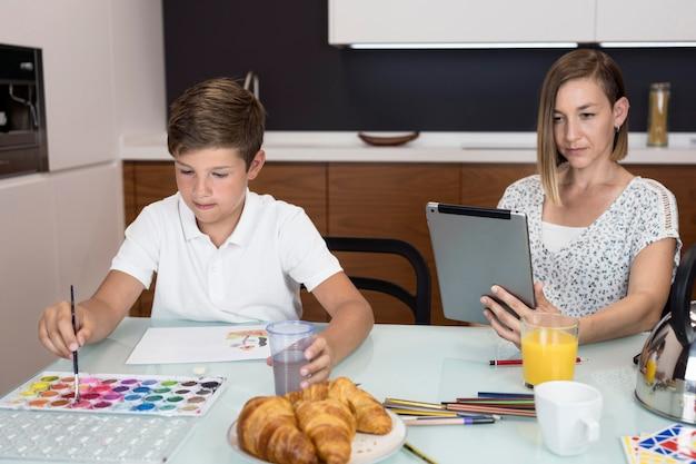 学校の絵を仕上げる少年