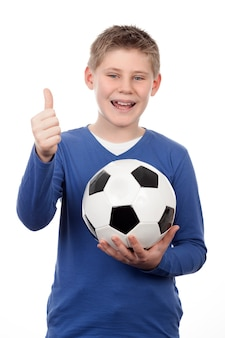 Мальчик держит футбольный мяч на белом пространстве