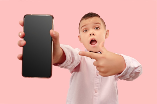 Giovane ragazzo che tiene smartphone in bianco