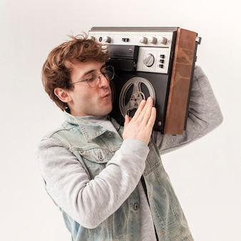 Мальчик держит кассету