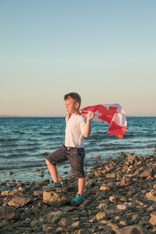 캐나다의 국기를 들고 어린 소년