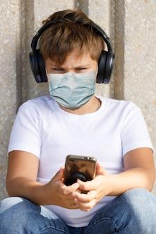 의료 마스크에 어린 소년입니다. 전염병 전염병