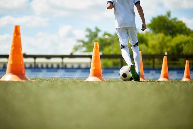 축구 연습에서 어린 소년