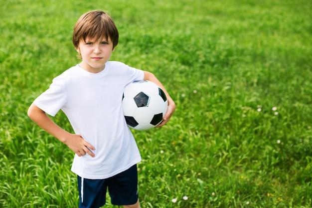サッカーチームの少年