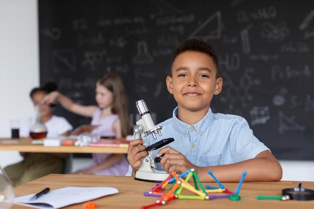 Мальчик узнает больше о химии в классе