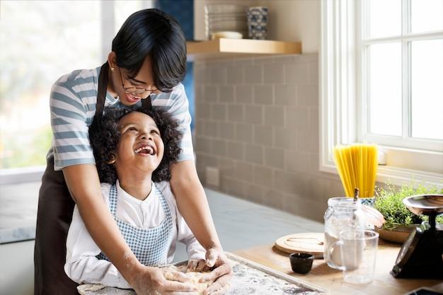 그의 어머니와 함께 빵 굽는 법을 배우는 어린 소년