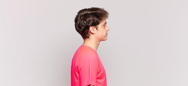 프로필 보기에 있는 어린 소년은 앞서 공간을 복사하고, 생각하고, 상상하거나, 공상을 하려고 합니다.