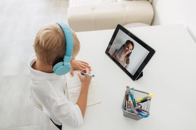 온라인 수업에주의를 기울이고있는 어린 소년