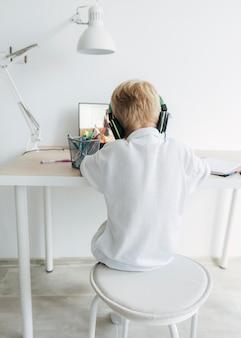 オンラインクラスに注意を払っている少年