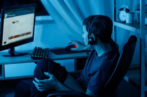 コンピューターで遊ぶ少年