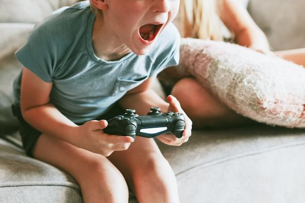 거실에서 비디오 게임을 하는 어린 소년