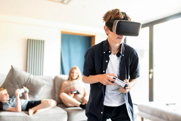 집에서 vr 게임을 하는 어린 소년