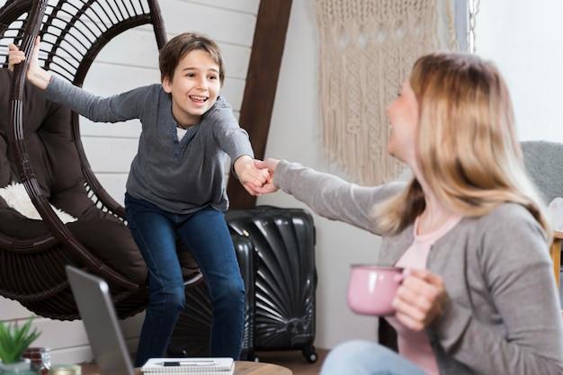 自宅で母親と遊ぶ少年