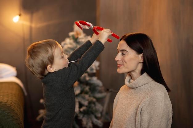 母と遊ぶ少年